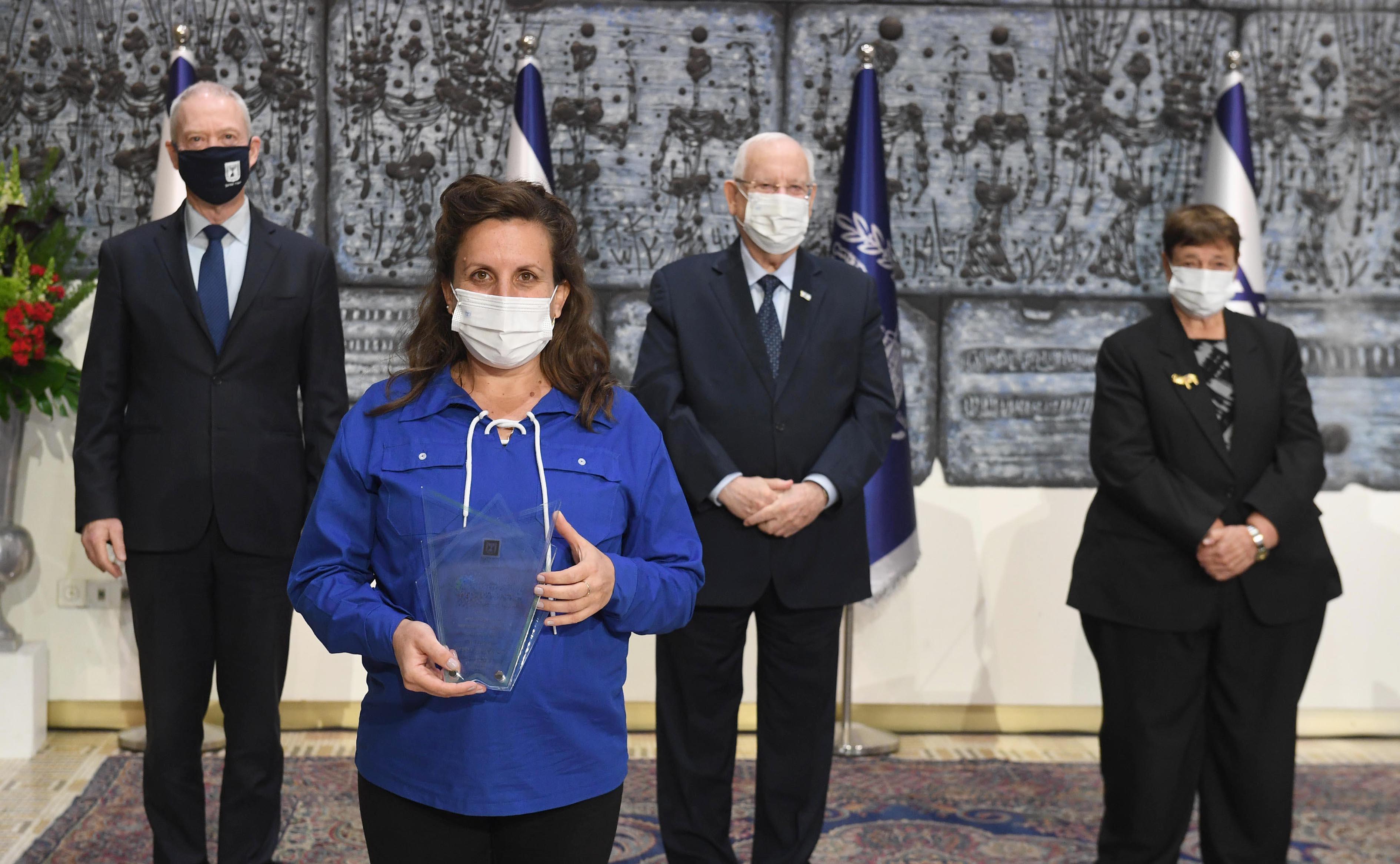 """מזכ""""לית השומר הצעיר, רונית שניר, מקבלת את הפרס בבית הנשיא. צילום: מרק ניימן לע""""מ"""