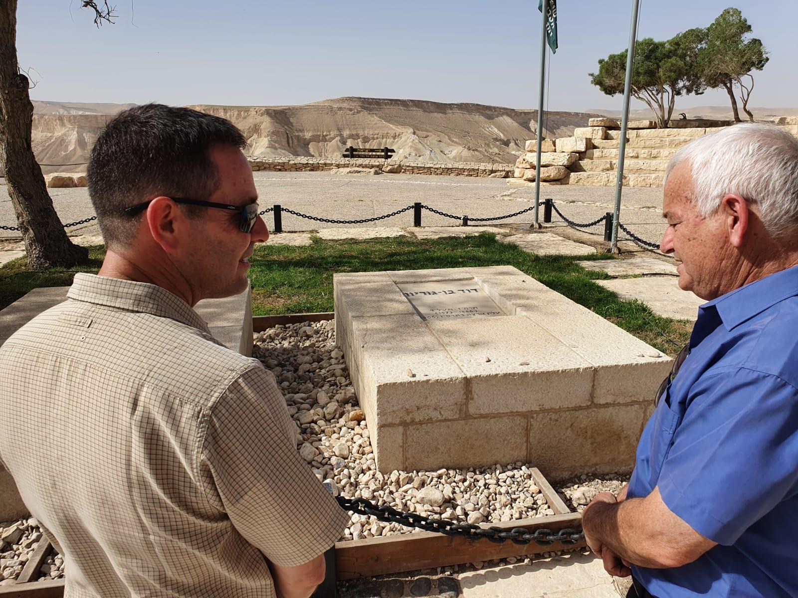 אלון שוסטר וערן דורון בקבר של דוד בן גוריון