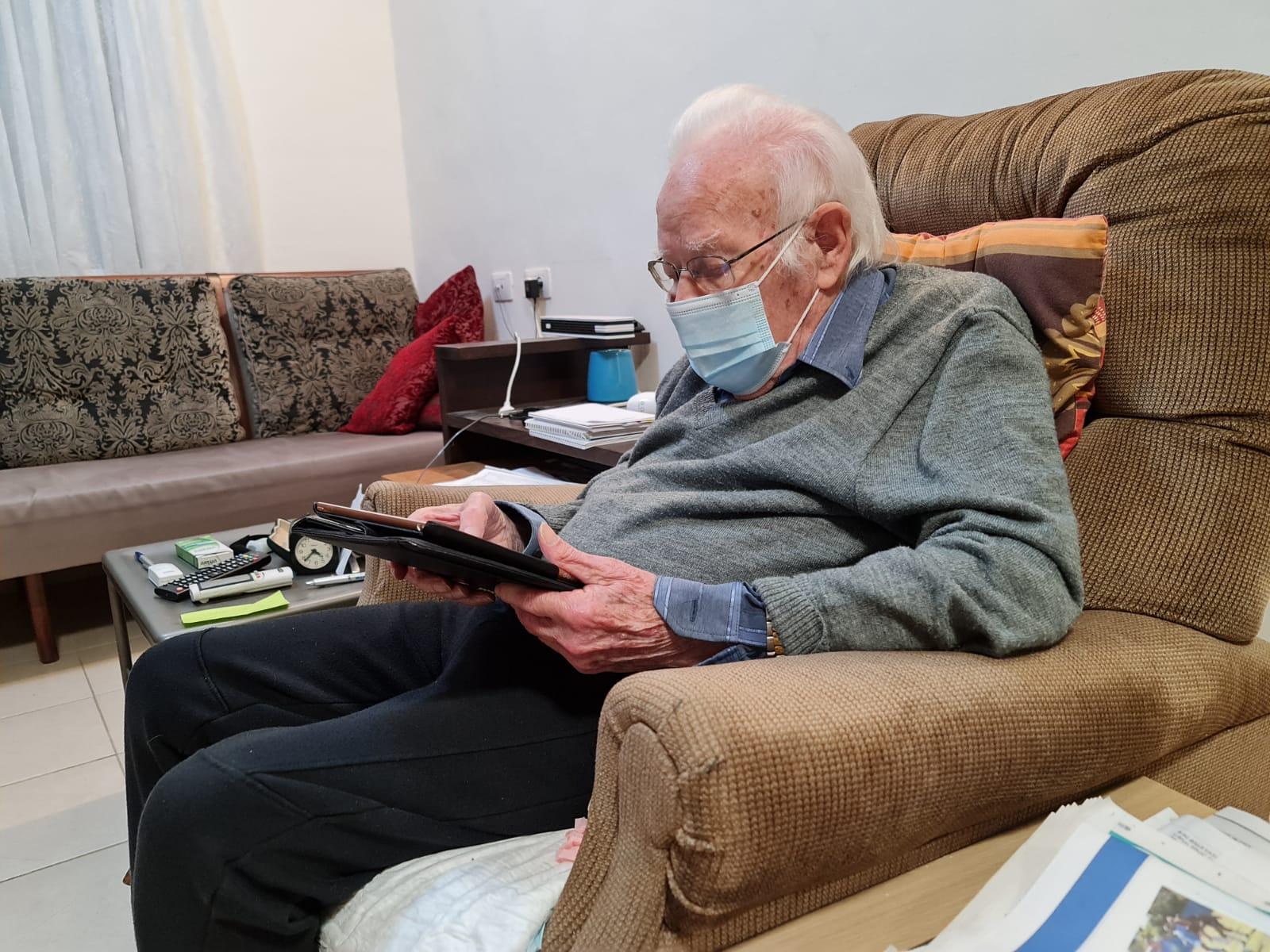 אהרון ידלין בן ה-94 מחצרים מצביע בביתו על החלטות המועצה כציר מטעם קיבוצו.