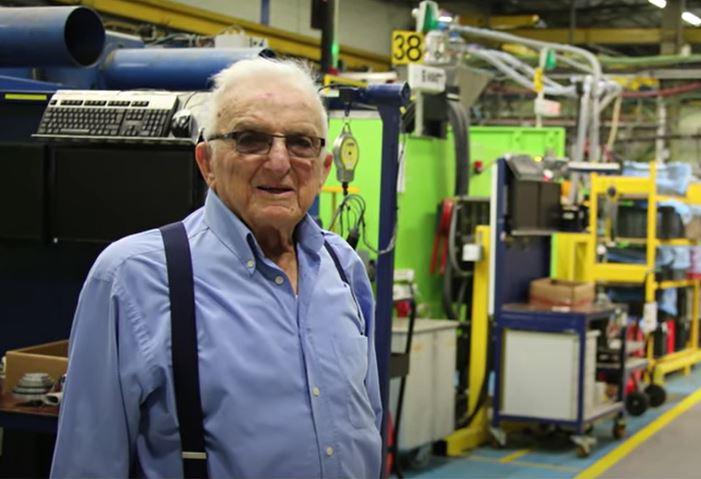 יצחק קנטור במפעל פלסאון (התמונה מתוך הסרט שהכינו עליו לטקס אות יקיר המועצה האזורית חוף הכרמל 2015)