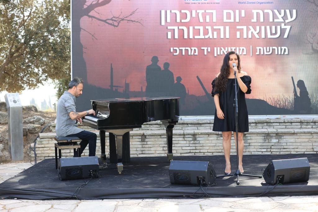 הזמרת מירי מסיקה שרה בעצרת השנתית ביד מרדכי. צילום: צפריר ניר