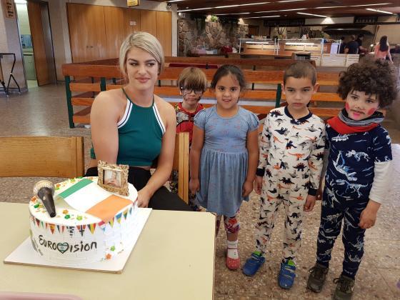 שרה מקטרנן וילדים מקיבוץ אילות עםהעוגה החגיגית ליום ההולדת. צילום: ליטל שמואלי