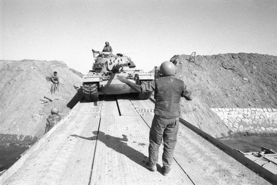 """טנק חוצה את תעלת סואץ במלחמת יום כיפור. צילום: דובר צה""""ל"""