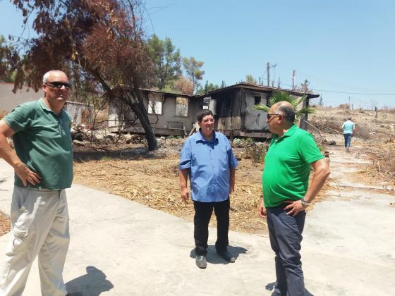 """מזכ""""ל התנועה, ניר מאיר, ביחד עם יאיר מנע ואיתן ליברמן על רקע חלק מהבתים שנשרפו. צילום: אייל צ'ובוטה"""